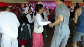 Iedereen die aan Baskische Muziek dansen stock videobeelden
