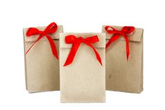 Iedereen droomt van het krijgen van een gift in zulk een leuke zak met een rood stock afbeeldingen
