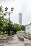 Iekaterinbourg, Russie - juin, 21,2017 : Vue au gratte-ciel Vysotsky de la place historique dans le jour d'été nuageux Image libre de droits