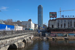 IEKATERINBOURG, RUSSIE - 19 MARS 2015 : Photo du pont en pierre au-dessus d'Iset Photographie stock