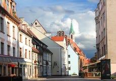 Iela de Skarnu de la calle Riga, Latvia Foto de archivo