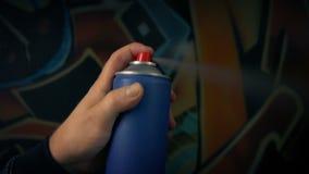 Iemand bespuit graffiti - kunst, vandalismeconcept stock video