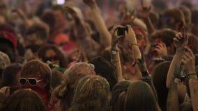 Iemand neemt een foto tijdens het festival van de holikleur stock videobeelden
