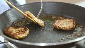 Iemand roosterde vlees op pan voor het koken van goede maaltijd stock videobeelden