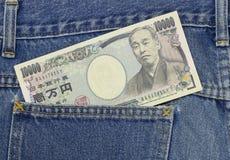 Iene japonês no bolso das calças de brim, 10.000 ienes Foto de Stock