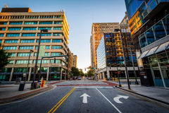 Iepstraat en gebouwen in Greensboro van de binnenstad, Noord-Carolina stock fotografie