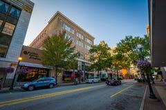 Iepstraat en gebouwen in Greensboro van de binnenstad, Noord-Carolina royalty-vrije stock foto