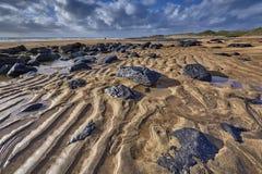 Ierland, Fanore-strand met intensieve oranje zand en zwarte Stock Afbeelding