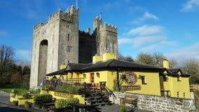 Ierland - 30 Nov. 2017: Mooie mening van beroemdste Kasteel van Ierland ` s het en Ierse Bar in Provincie Clare stock videobeelden