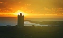Iers kasteel van het westen van Ierland Mooi zonsonderganglandschap stock afbeeldingen