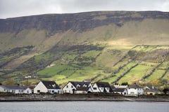 Iers plattelandshuisjes en landschap royalty-vrije stock afbeelding