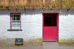 Iers traditioneel plattelandshuisjehuis van Bunratty. Royalty-vrije Stock Afbeeldingen