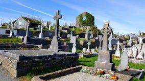 Ierse begraafplaats met ruïnes van kerk op achtergrond royalty-vrije stock foto