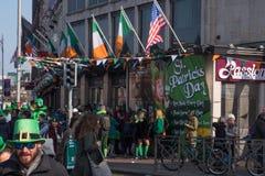 Ierse en Amerikaanse vlaggen die buiten een Ierse Bar in Dublin, Ierland op St Patrick ` s Dag vliegen stock afbeeldingen