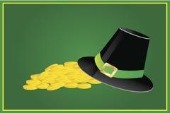 Ierse hoed en stapel van gouden muntstukken Stock Afbeeldingen