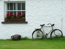 Ierse plattelandshuisje en fiets Stock Afbeelding