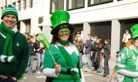 Ierse vrouw op st Patrick dag. Londen Stock Afbeeldingen