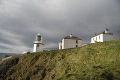 Ierse vuurtoren en huizen Royalty-vrije Stock Foto's