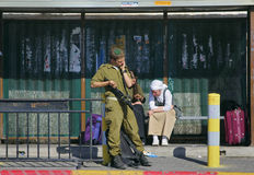 Ierusalim,以色列- 2005年4月29日:站立在2005年4月29日, Ierusalim,以色列的一个公共汽车站的以色列国防军战士 库存图片