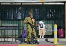 Ierusalim, Израиль - 29-ое апреля 2005: Солдаты сил обороны Израиля стоя на автобусной остановке 29-ого апреля 2005, Ierusalim, И Стоковое Изображение