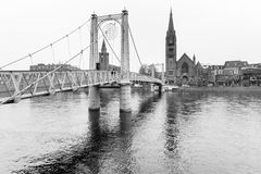Iew à la rivière Ness et à la vieille cathédrale à Inverness image stock