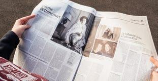 iew сверху женщины читая самую последнюю газету Le Monde с p Стоковые Изображения RF