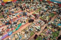 Iew av folk som shoppar för nya grönsaker och livsmedel Arkivbilder