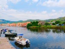 Iew de los barcos de pesca y de las casas coloridas hermosas en la ciudad de Bosa provincia de Oristán, Cerdeña, Italia Foto de archivo