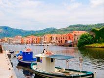 Iew de los barcos de pesca y de las casas coloridas hermosas en la ciudad de Bosa provincia de Oristán, Cerdeña, Italia Fotos de archivo libres de regalías