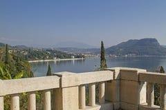 Iew del lugar Garda con el lago imagenes de archivo