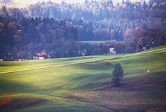 Iew del paesaggio rurale della bella montagna nelle alpi con la villa Fotografia Stock