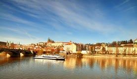 Iew op St Vitus Cathedral en het Kasteel van Praag over Vltava-rivier Royalty-vrije Stock Afbeelding