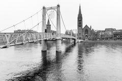 Iew till floden Ness och den gamla domkyrkan i Inverness fotografering för bildbyråer