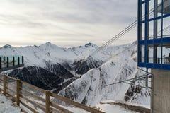 Iew van de Alpiene bergen in de ochtend in de skitoevlucht van stock afbeelding