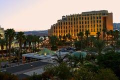 iew van de zonsondergang op hotels in Eilat stock afbeelding