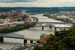 Iew van hangbruggen die de Allegheny-Rivier in Pittsburgh van de binnenstad overspannen stock foto's