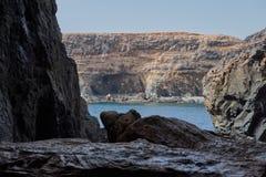 Iew van het blauwe die overzees binnen één van de Ajuy-holen door kalksteen en vulkanische rotsen, Fuerteventura worden gevormd royalty-vrije stock foto