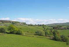 iew wioska midgley w zachodzie - Yorkshire z otaczanie zieleni domami wiejskimi i polami i cumuje w wiosny pennine zdjęcia stock