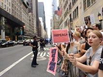 Ifrågasätta Donald Trump, Anti--trumf samlar, NYC, NY, USA Arkivbild