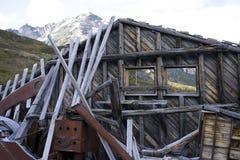 ifrån varandra fallande gammalt trä för byggnadskonstruktion fotografering för bildbyråer