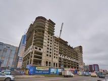 Ifrån varandra otelpresidenturalskaya 75 i konstruktionen En ny bostads- byggnad på monolitisk ramteknologi i området med royaltyfri fotografi