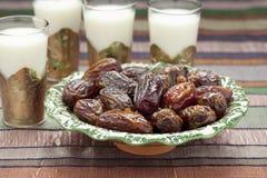 Iftar膳食的牛奶和日期 免版税库存照片