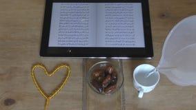 Iftar es el tiempo de la cena El Quran y el rosario El Ramadán es el mes del ayuno metrajes