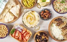 Iftar mattabell Aftonmål för Ramadan arabisk kokkonst Mellersta - östlig traditionell lunch Sorterat av egyptisk orientalisk disk royaltyfria bilder