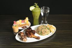 Iftar matuppläggningsfat för Ramadanmånad fotografering för bildbyråer