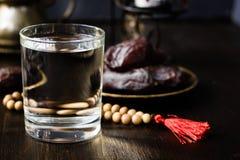 Iftar vatten för snabb öppning för Ramadan Royaltyfri Fotografi