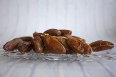 Ifthar kolacji Ramadan Karmowy kareem, pojęcie: Data Islamski zamocowanie, owoc data umieszczająca na białym tło różanu fotografia stock