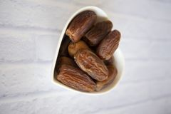 Ifthar kolacji Ramadan Karmowy kareem, pojęcie: Data Islamski zamocowanie, owoc data umieszczająca na białym tło różanu obrazy royalty free
