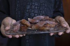Ifthar kolacji Ramadan Karmowy kareem, pojęcie: Data Islamski zamocowanie, owoc data umieszczająca na białym tło różanu obraz stock
