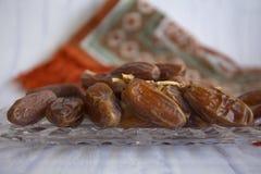 Ifthar kolacji Ramadan Karmowy kareem, pojęcie: Data Islamski zamocowanie, owoc data umieszczająca na białym tło różanu zdjęcia stock